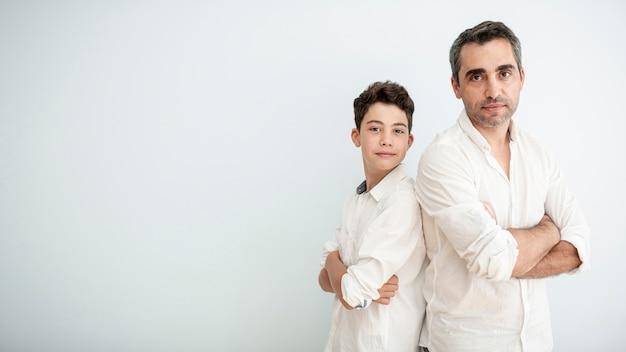 Medium shot volwassen en kind samen poseren