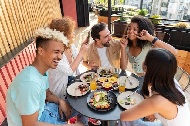 Medium shot vrienden aan tafel