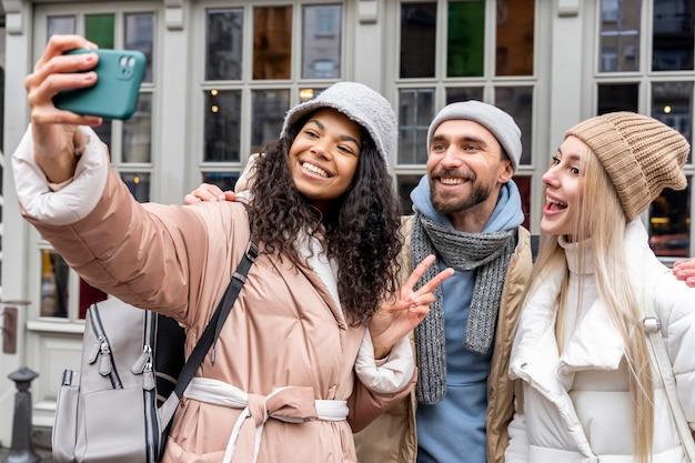 Medium shot vrienden die een selfie maken