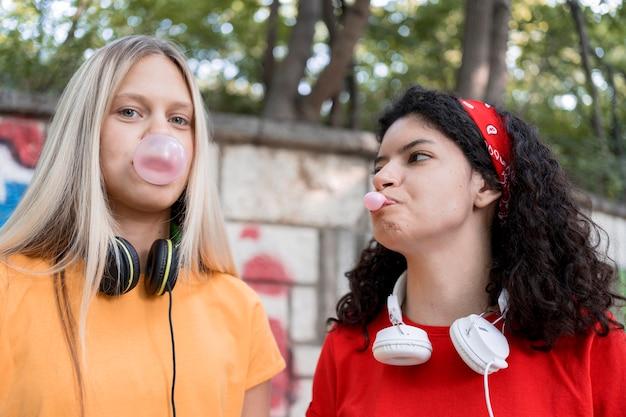 Medium shot vrienden die kauwgom maken