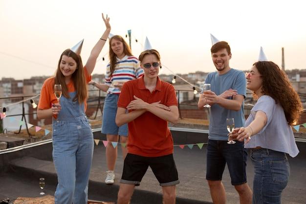 Medium shot vrienden die samen vieren