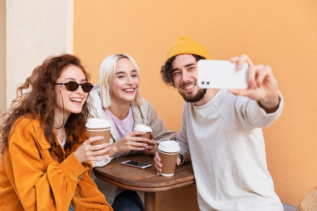 Medium shot vrienden die selfie maken