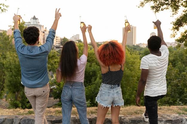 Medium shot vrienden met handen omhoog