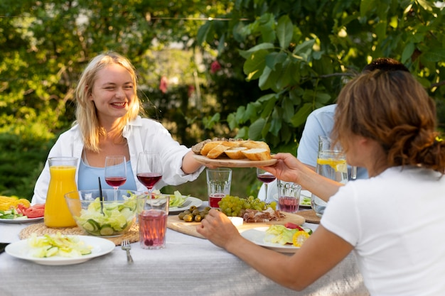Medium shot vrienden met heerlijk eten