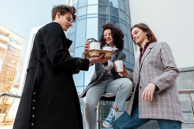 Medium shot vrienden met koffiekopjes