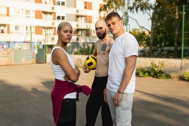 Medium shot vrienden met voetbal