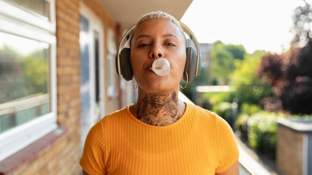 Medium shot vrouw die bubblegum maakt