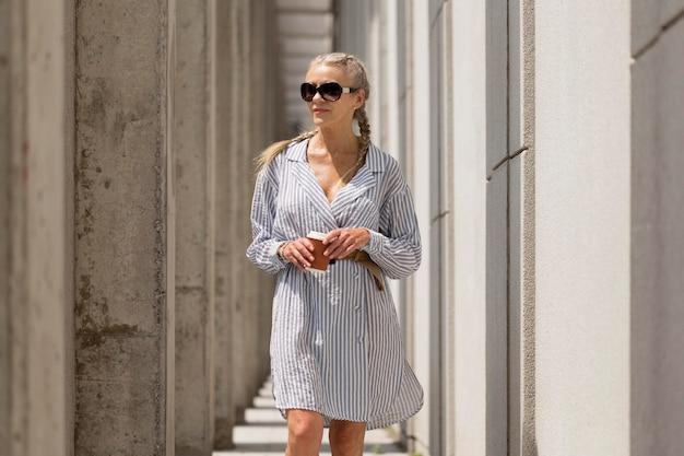 Medium shot vrouw die een zonnebril draagt