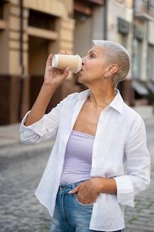 Medium shot vrouw die koffie drinkt