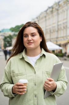 Medium shot vrouw die met laptop reist