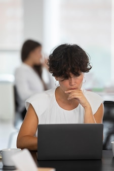 Medium shot vrouw die met laptop werkt
