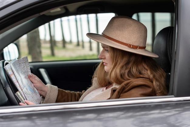 Medium shot vrouw die naar de kaart kijkt