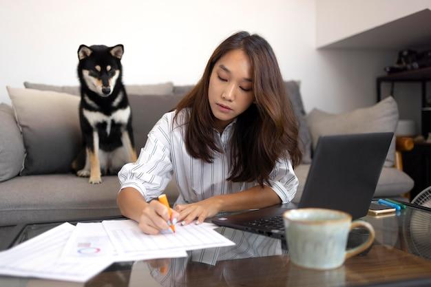Medium shot vrouw die notities schrijft