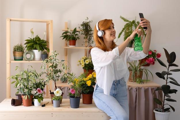 Medium shot vrouw die selfie maakt
