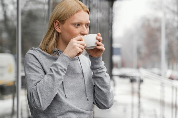 Medium shot vrouw drinkt uit een beker