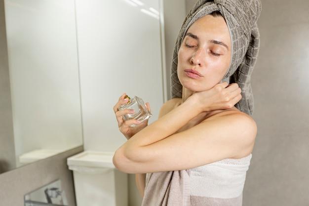 Medium shot vrouw in de badkamer