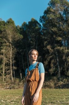Medium shot vrouw in het algemeen met bomen