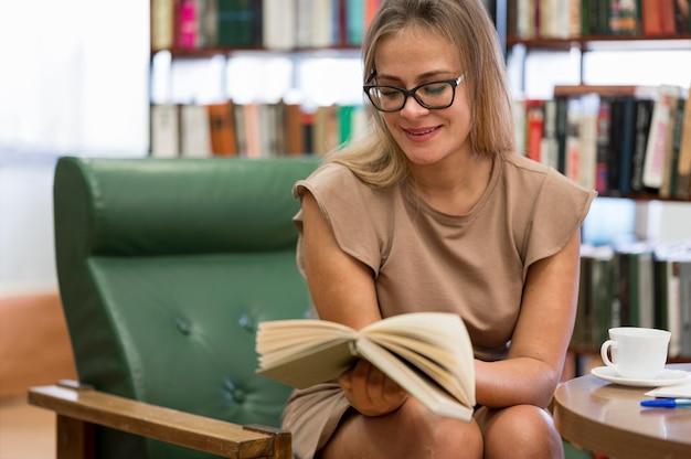 Medium shot vrouw leesboek