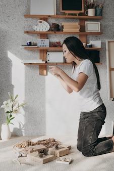Medium shot vrouw met cadeautjes thuis