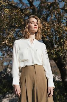Medium shot vrouw met casual outfit zijwaarts op zoek