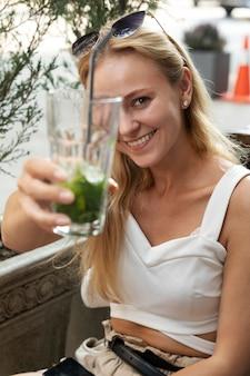Medium shot vrouw met drankje