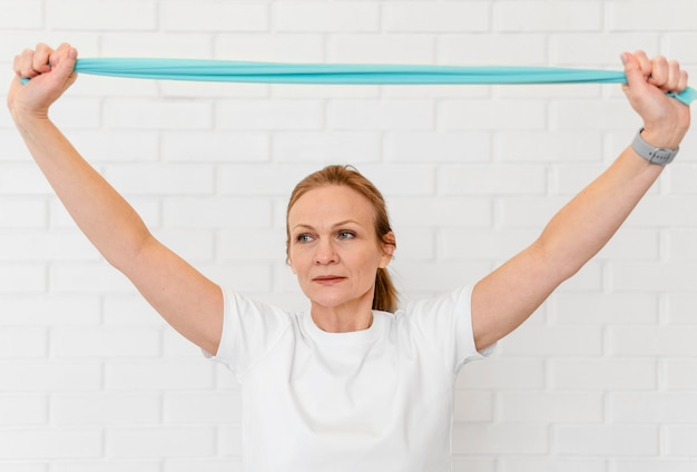 Medium shot vrouw met elastische band