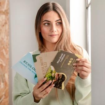 Medium shot vrouw met flyers