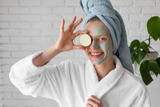 Medium shot vrouw met gezichtsmasker