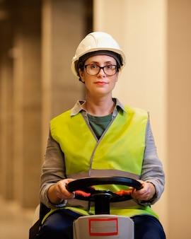 Medium shot vrouw met helm