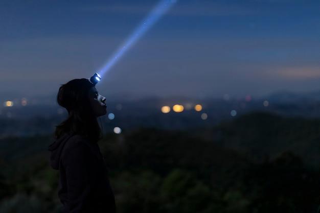 Medium shot vrouw met hoofdlicht