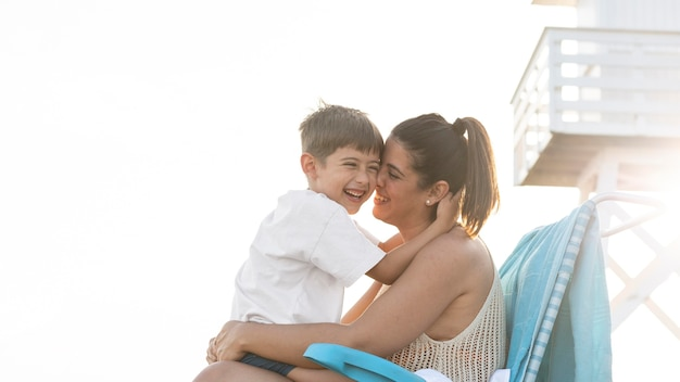 Medium shot vrouw met kind
