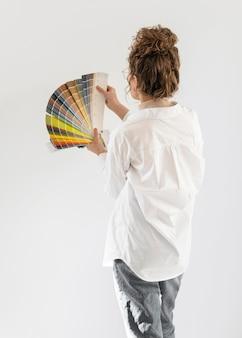 Medium shot vrouw met kleurenpalet