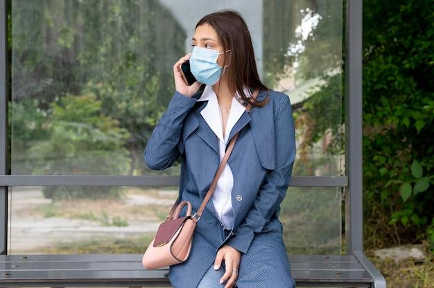 Medium shot vrouw met masker buiten