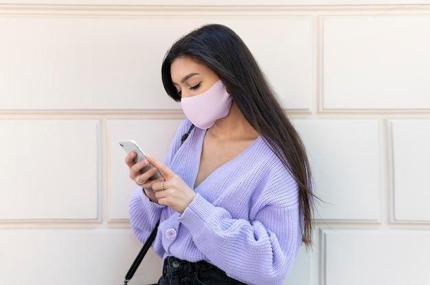Medium shot vrouw met masker