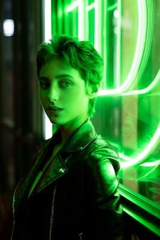 Medium shot vrouw met neonlicht
