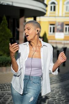 Medium shot vrouw met oortelefoons