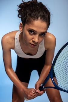 Medium shot vrouw met racket