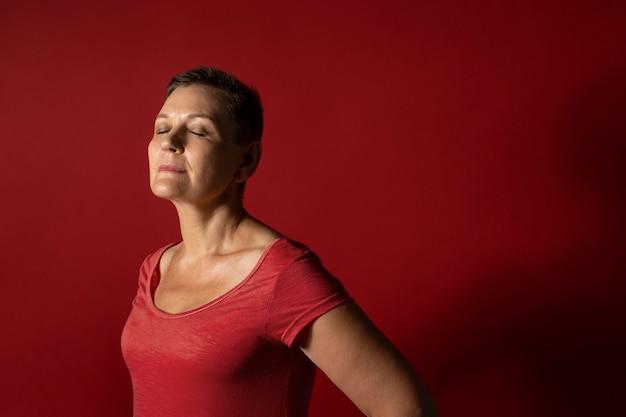 Medium shot vrouw met rode achtergrond