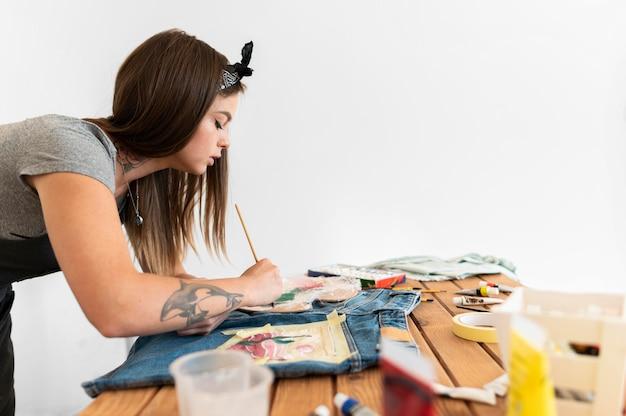 Medium shot vrouw met schilderij penseel