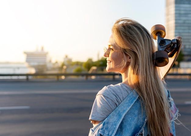 Medium shot vrouw met skateboard
