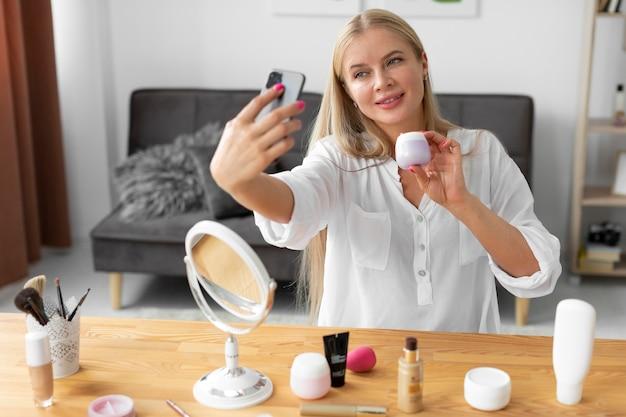Medium shot vrouw met smartphone