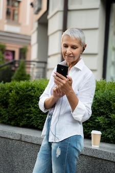 Medium shot vrouw met telefoon