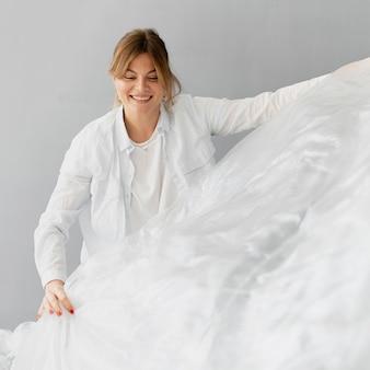 Medium shot vrouw met textiel