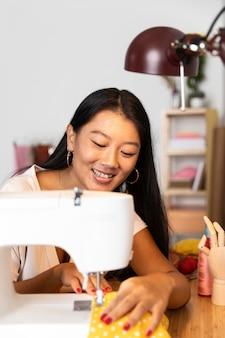 Medium shot vrouw naaien met machine