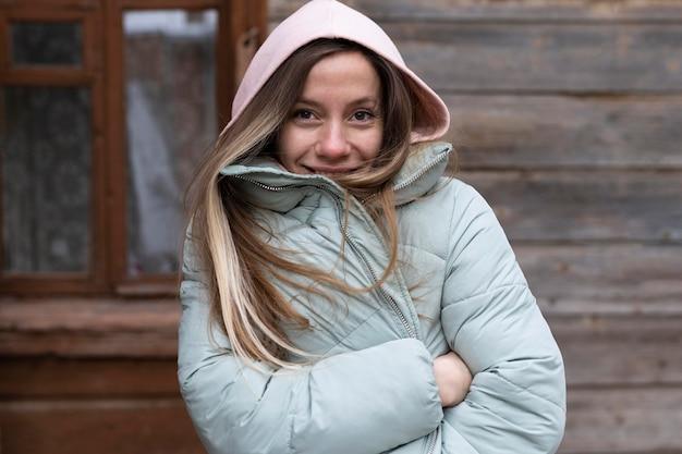 Medium shot vrouw poseren buitenshuis