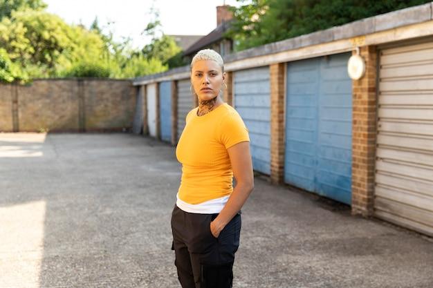 Medium shot vrouw poseren in buitenwijken