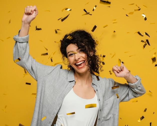 Medium shot vrouw poseren met confetti