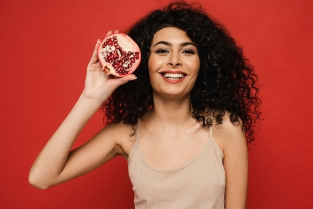 Medium shot vrouw poseren met granaatappel