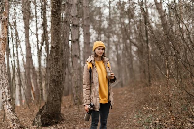 Medium shot vrouw poseren met kolf