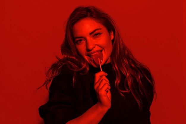 Medium shot vrouw poseren met lolly